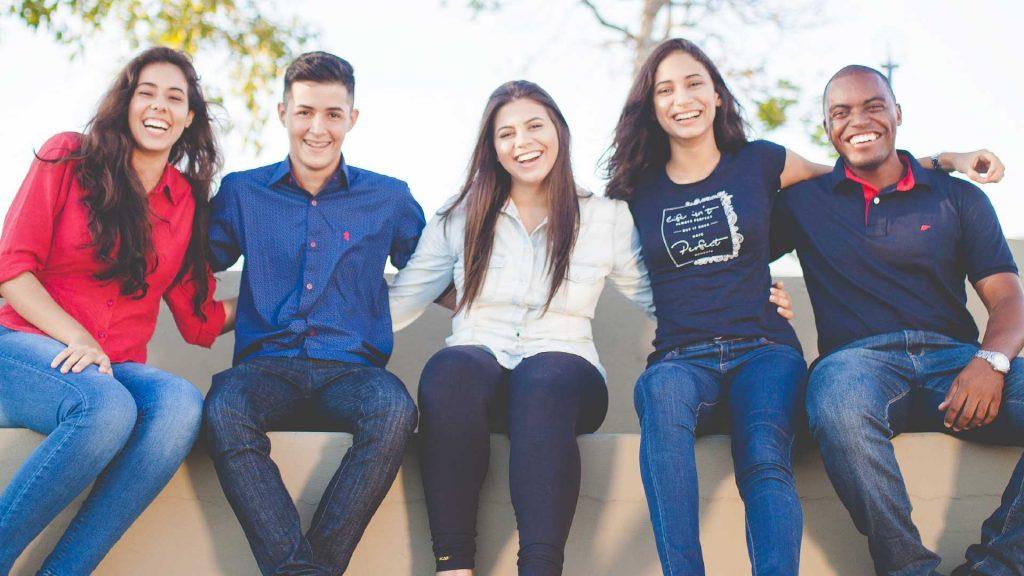 Sozial-kulturelle Netzwerke casa e. V. Jugendliche sitzen auf einer Bank