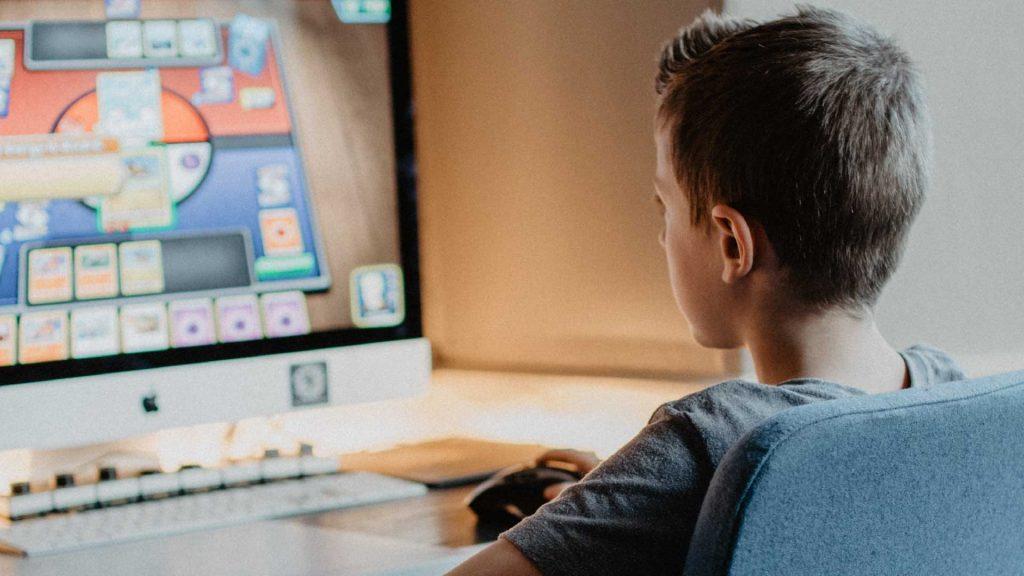 Jugendfreizeiteinrichtung CHiP 77 - Computer/PS4 Jugendliche sitzt vor Computer