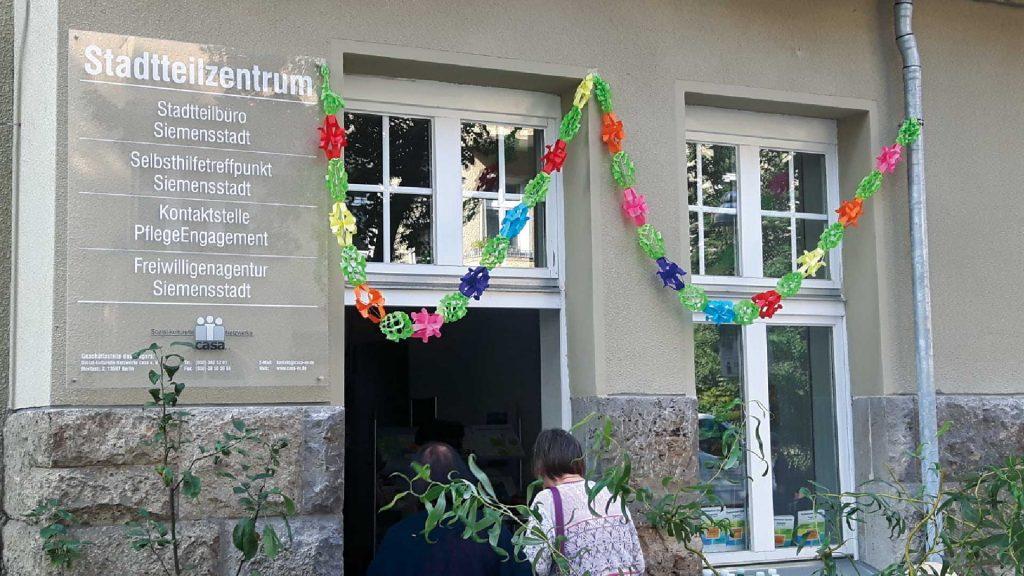 Eingangstür Stadtteilzentrum Siemensstadt -Sozial-kulturelle Netzwerke casa e. V.